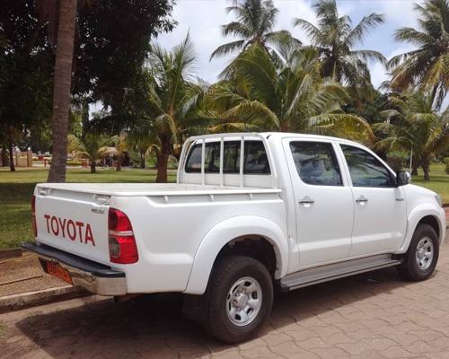 Pick up Toyota Hillux blanc Louer une voiture pick up Toyota au Bénin Rent a Toyota pick up car in Benin